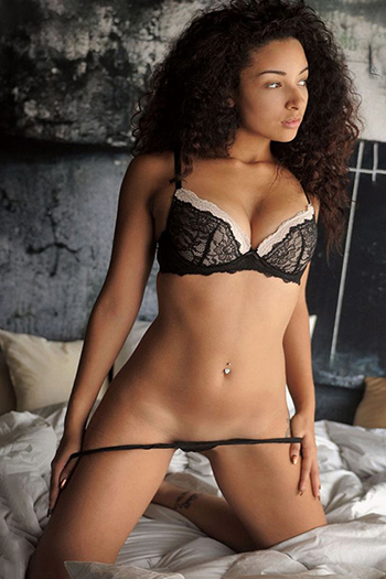 Escort girl Henna from the Czech Republic offers intimate French kisses through the Berlin escort agency