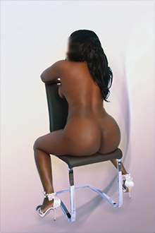Lilly – Schoko Ebony Escort Ladie in Berlin mit Super Natur Brüsten